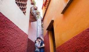 जहां दो लवर्स की कहानी रह गई अधूरी, वहां सैकड़ों कपल आते हैं KISS करने!