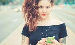 Girl Smartphone- IndiaTV Paisa