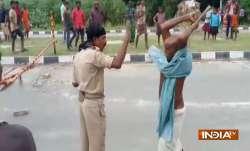 बिहार: पुलिस पर पब्लिक का 'लाठीचार्ज', कहीं दारोगा पिटा, तो कहीं कांस्टेबल- IndiaTV Paisa