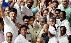 कर्नाटक कांग्रेस की आज अहम बैठक, 3 विधायक अभी भी मुंबई के होटल में- India TV Paisa