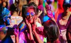 आज होली है, पूरा देश रंगों के इस त्योहार में हुआ सराबोर- India TV Paisa