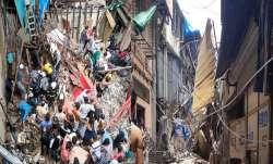 मुम्बई के डोंगरी में एक इमारत का आधा हिस्सा गिरा, 40-50 लोगों के दबे होने की आशंका- India TV Paisa