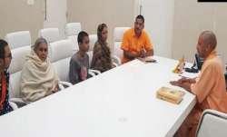 कमलेश तिवारी के परिजनों से मुलाकात करते हुए सीएम योगी- India TV Paisa