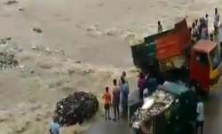 Truck Garbage River- India TV Paisa