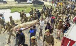 Family members and relatives carry the mortal remains of...- India TV Paisa