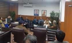 अरविंद केजरीवाल ने पुलिस अधिकारियों के साथ बैठक की।- India TV Paisa