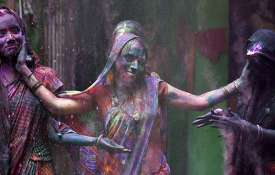 Only-women-play-holi-in-this-village-of-India- Khabar IndiaTV