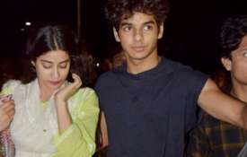 Ishaan Khatter protects Janhvi Kapoor - Khabar IndiaTV
