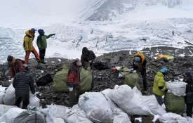 Mount Everest is turning into a high-altitude rubbish dump | AP- Khabar IndiaTV