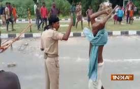 बिहार: पुलिस पर पब्लिक का 'लाठीचार्ज', कहीं दारोगा पिटा, तो कहीं कांस्टेबल- Khabar IndiaTV