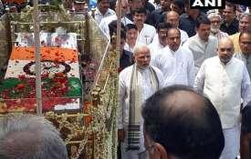 शुरू हुई अटल बिहारी वाजपेयी की अंतिम यात्रा, पार्थिव शरीर के साथ पैदल निकल पड़े पीएम मोदी और बीजेपी - Khabar IndiaTV