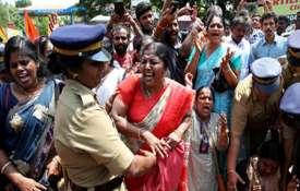 सबरीमाला पर केरल में तनाव बरकरार, हड़ताल का ऐलान, कई इलाकों में धारा 144 लागू- India TV