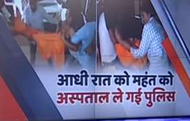 अनशन पर बैठे महंत परमहंस को पुलिस ने जबरन उठाकर अस्पताल पहुंचाया- India TV