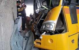 नोएडा में बड़ा सड़क हादसा, डिवाइडर से बस की टक्कर, 12 बच्चे घायल- India TV
