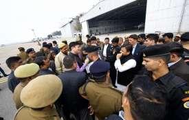अखिलेश यादव को प्रयागराज जाने से रोका गया, एयरपोर्ट पर समाजवादियों का धरना- India TV