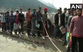 पुलवामा हमले के बाद सेना में भर्ती होने के लिए लाइन में लगे कश्मीरी नौजवान- India TV