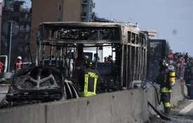 इटली में ड्राईवर ने स्कूल बस अगवा कर लगाई आग, बाल-बाल बचे 51 बच्चे- India TV