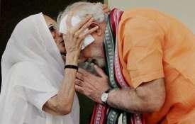 मोदी कल अपनी मां से मिलने गुजरात और सोमवार को वाराणसी जाएंगे- India TV