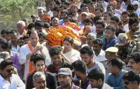 BJP MP Smriti Irani shoulders to the mortal...- India TV