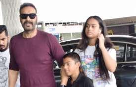 सोमवार को मुंबई एयरपोर्ट पर अजय देवगन अपने बच्चों - India TV