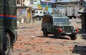 VIDEO: कश्मीर में पत्थरबाज़ों की नई करतूत, सेना की गाड़ी को बनाया निशाना- India TV