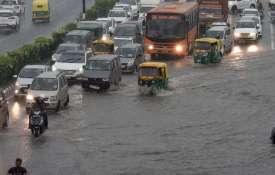 पहली बारिश में दिल्ली पानी-पानी, प्रमुख चौराहों पर यातायात प्रभावित- India TV