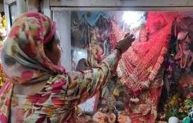 दिल्ली में 100 साल पुराने दुर्गा मंदिर में तोड़फोड़ के बाद आज फिर से शुरू हुई पूजा- India TV
