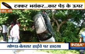 VIDEO: आया हवा का इतना तेज झोका कि एसयूवी जा लटकी पेड़ पर- India TV