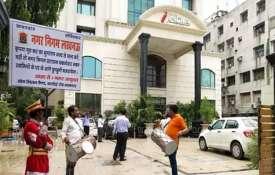 लखनऊ नगर निगम की 'गांधीगीरी', टैक्स के लिए घरों के बाहर 'बैंड बाजा'- India TV