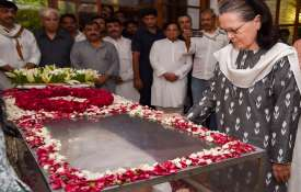 Former Congress president Sonia Gandhi pays her...- India TV