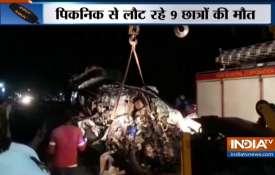 पुणे में बड़ा सड़क हादसा, कार-ट्रक टक्कर में 9 युवकों की मौत- India TV