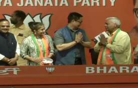 Babita Fogat along with her father Mahavir Phogat Joins BJP ahead of assembly elections- India TV
