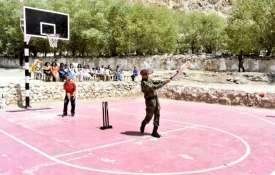 धोनी ने लेह में बच्चों के साथ खेली क्रिकेट, फोटो सोशल मीडिया पर वायरल- India TV