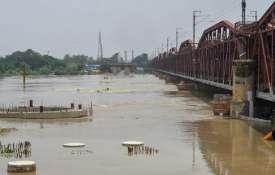 हथिनीकुण्ड बैराज से छोड़े गए पानी से दिल्ली के साथ-साथ मथुरा में बढ़ा बाढ़ का खतरा - India TV