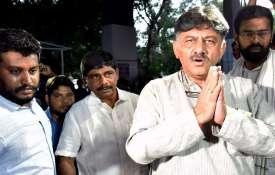 शिवकुमार की गिरफ्तारी के विरोध में कर्नाटक में कांग्रेस का प्रदर्शन, टायर जलाकर रोड किया जाम- India TV