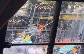 लंदन में भारतीय दूतावास के बाहर पाकिस्तानियों का हिंसक प्रदर्शन, फेंके अंडे और पत्थर - India TV