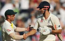 एलिस्टर कुक का चौंकाने वाला खुलासा, कहा- गेंद पर छेड़छाड़ करने के लिए हाथ पर टेप लगाते थे वार्नर- India TV