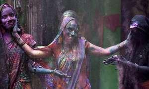 भारत के इस गांव में सिर्फ महिलाएं खेलती हैं होली, हैरान कर देगी वजह