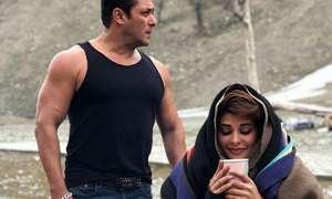 कश्मीर की वादियों में ठंड से ठिठुरती दिखीं जैकलिन, बनियान पहने साथ खड़े रहे सलमान खान