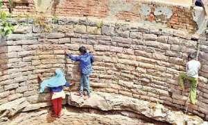 मध्य प्रदेश: उज्जैन में पानी के लिए 25 फीट गहरे कुएं में जान जोखिम में डालते बच्चे