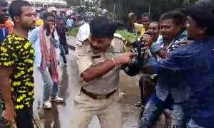 बंगाल: PM मोदी की रैली में जाने से रोका तो समर्थकों ने पुलिस वाले को दौड़ाकर पीटा