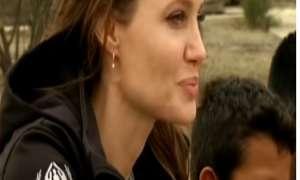 एंजलिना जॉली ने लीमा के ब्रेकडांसिंग रिफ्यूजी ग्रुप से की मुलाकात, देखें Video