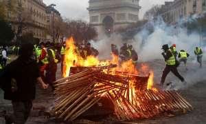 फ्रांस में विरोध के बेकाबू होते ही प्रदर्शनकारियों से बातचीत के लिए तैयार हुए मैक्रों
