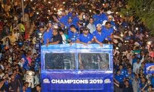 IPL 2019 चैंपियन मुंबई इंडियंस टीम का मुंबई लौटने पर हुआ जोरदार स्वागत, देखें Photos
