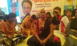 कमलनाथ सरकार से हताश महिला अतिथि विद्वान ने कराया मुंडन, रोने लगीं धरने पर बैठी महिलाएं