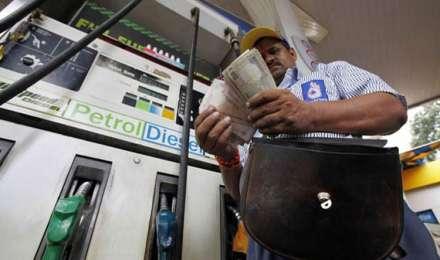 विरोध के बीच आज 12वें दिन भी बढ़े पेट्रोल-डीजल के दाम, दिल्ली में पेट्रोल की कीमत 77.79 रुपये प्रति लीटर