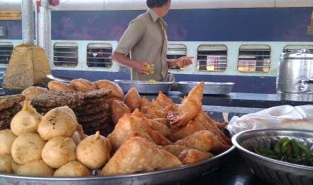 रेलवे के खाने की खराब क्वालिटी को लेकर सरकार गंभीर, 16 कैटरर्स को काम से हटाया