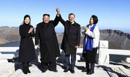 ज्वालामुखी की चोटी पर जाकर किम जोंग उन ने दक्षिण कोरिया के राष्ट्रपति से मिलाया हाथ