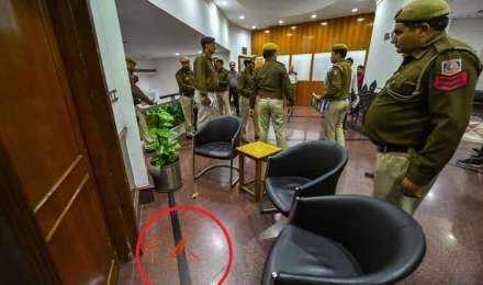 दिल्ली में CM केजरीवाल पर मिर्च पाउडर से हमला, पुलिस ने आरोपी को हिरासत में लिया