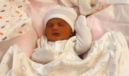 नेहा धूपिया और अंगद की प्यारी सी बेटी मेहर की पहली झलक आईं सामने, देखें क्यूट सी तस्वीर